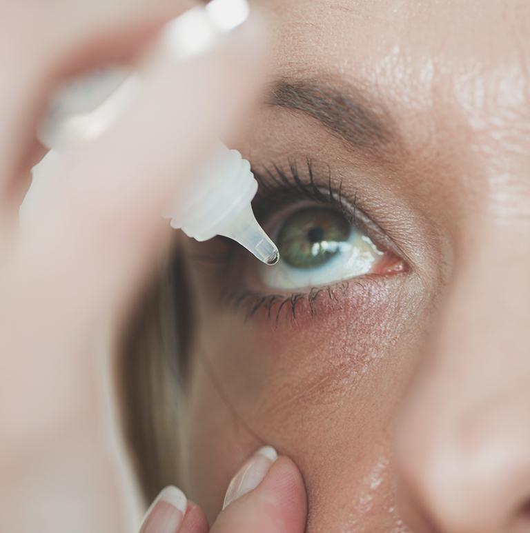 kobieta zakrapla krople do oka