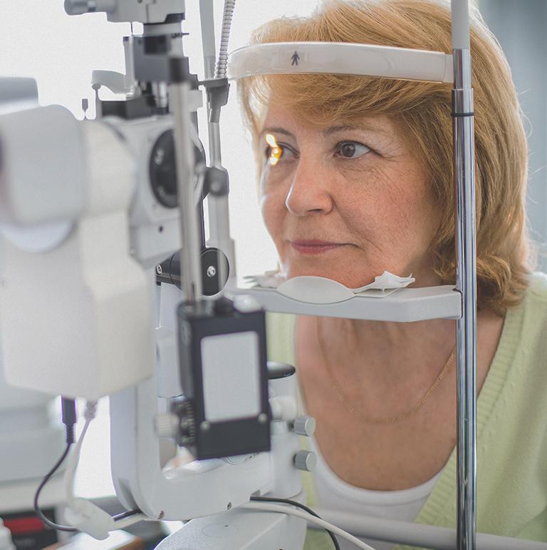 starsza kobieta podczas badania wzroku